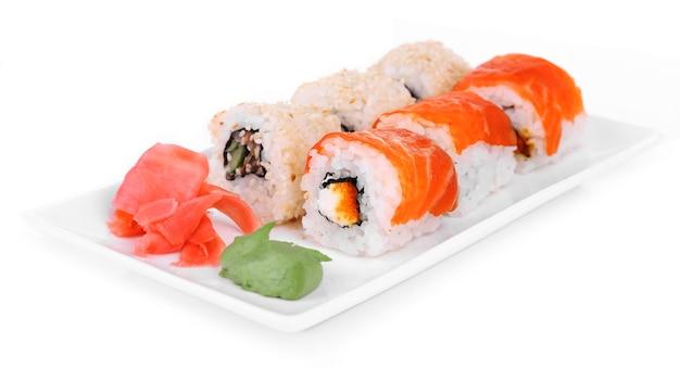 Leckere brötchen, ingwer und wasabi isoliert auf weiß