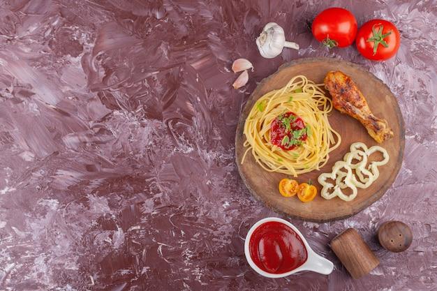 Leckere bunte appetitliche gekochte italienische spaghetti-nudeln mit tomatensauce und frischem knoblauch.