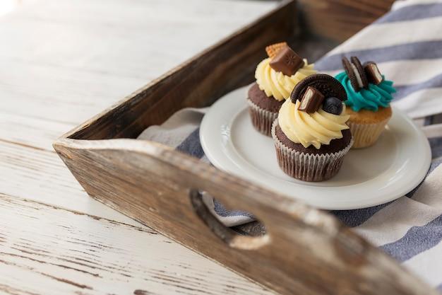 Leckere bunte muffins und cupcakes auf dem weißen teller