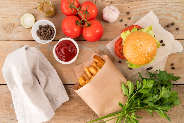 Leckere burger pommes frites und ketchup