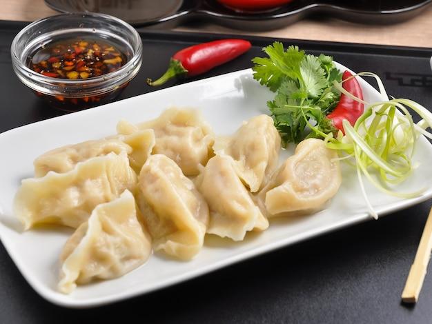 Leckere chinesische knödel mit garnelenkalmar und schweinefleisch