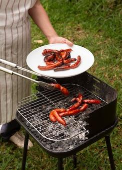 Leckere chorizo-wurst auf dem grill