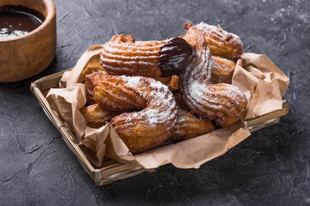 Leckere churros-sticks frittiert und mit puderzucker bestäubt