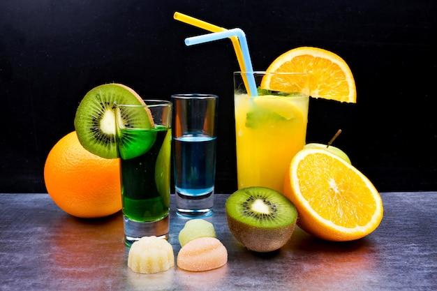 Leckere cocktails auf dem tisch