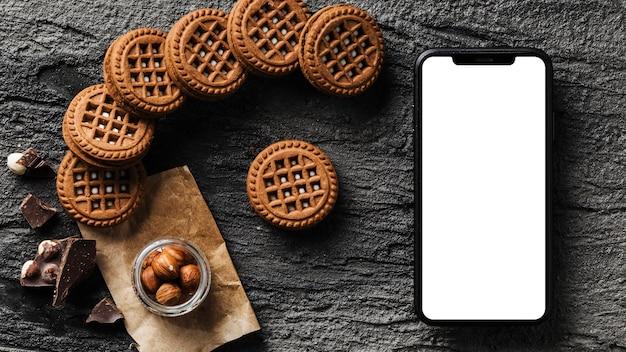 Leckere cookies neben dem telefon