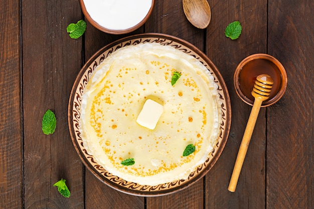 Leckere crepes mit honig und sauerrahm