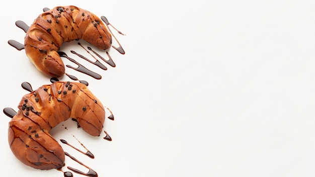Leckere croissants mit platz für schokoladenkopien