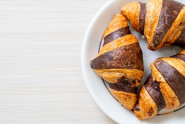 Leckere croissants mit schokolade auf teller