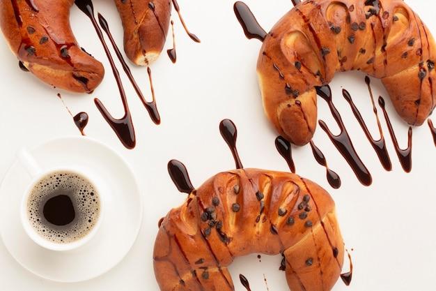 Leckere croissants mit schokoladensauce