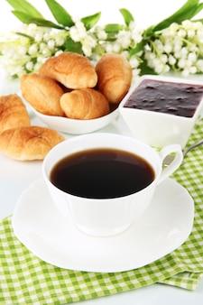 Leckere croissants und eine tasse kaffee in nahaufnahme