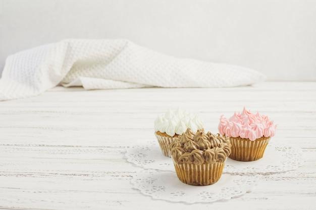 Leckere cupcakes auf deckchen