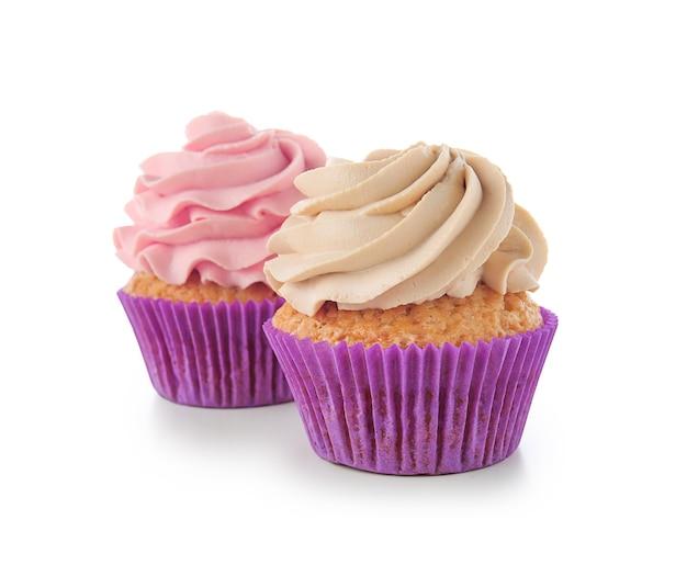 Leckere cupcakes auf weiß