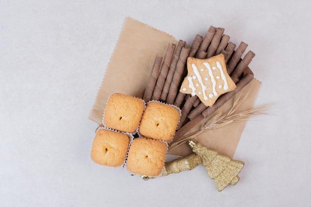 Leckere cupcakes auf weißem tisch.