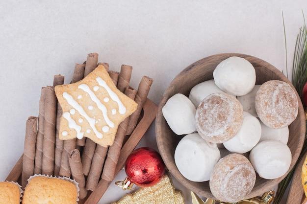 Leckere cupcakes auf weißer oberfläche