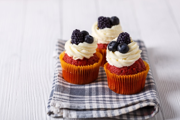 Leckere cupcakes aus rotem samt.