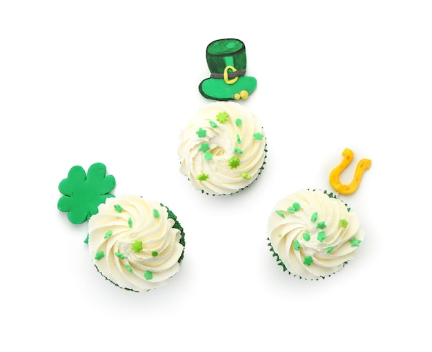 Leckere cupcakes für st. patrick's day auf weißer draufsicht