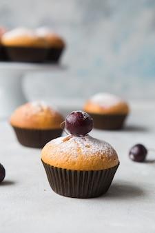 Leckere cupcakes in natürlicher umgebung.