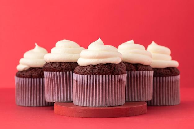 Leckere cupcakes mit sahne-arrangement