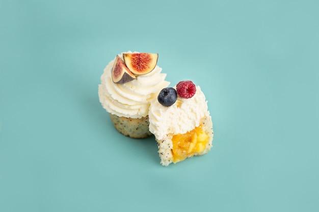 Leckere desserts kuchen mit beeren auf blauem hintergrund
