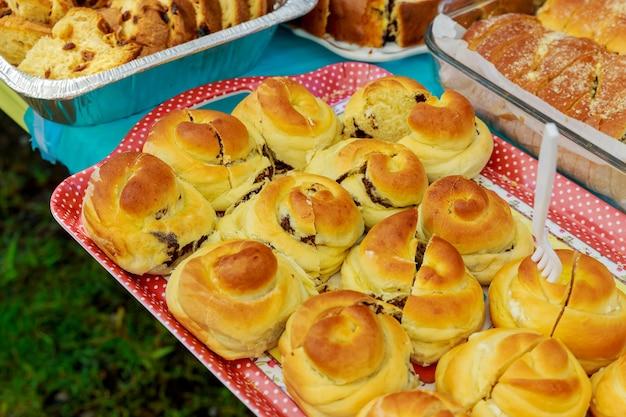 Leckere desserts und kuchen am buffet