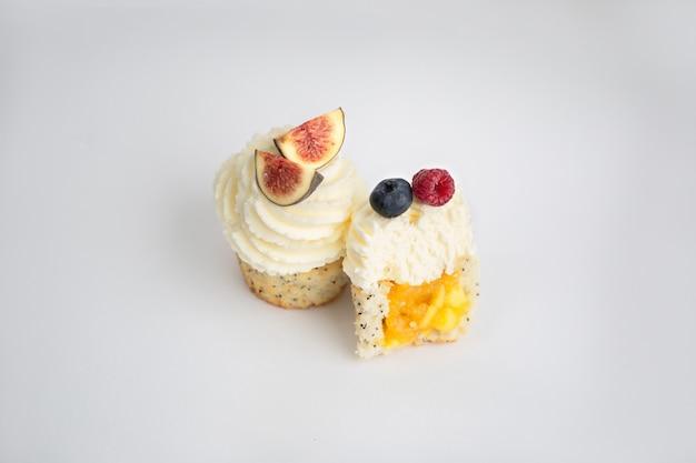 Leckere desserts vor weißem hintergrund