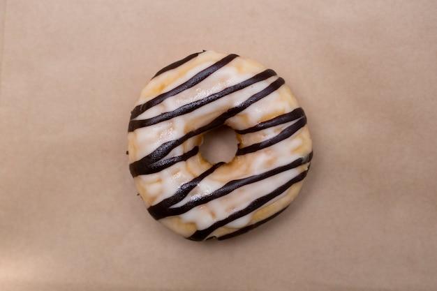 Leckere donut auf kraftpapier.