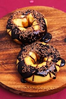 Leckere donuts auf holzbrett
