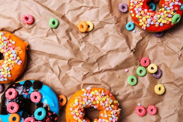 Leckere donuts auf papier