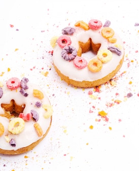 Leckere donuts auf weiß