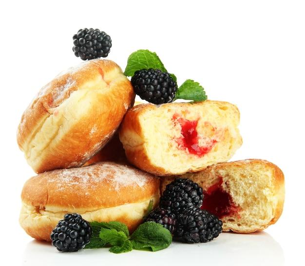 Leckere donuts mit beeren, auf weiß