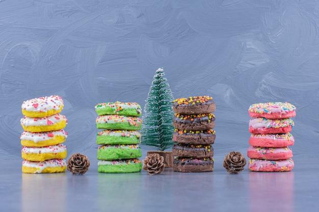 Leckere donuts mit weihnachtsbaum und tannenzapfen