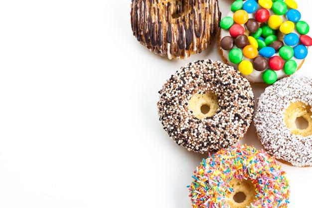 Leckere donuts mit zuckerguss isoliert