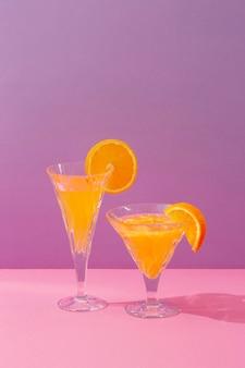Leckere drinks mit orangen-arrangement