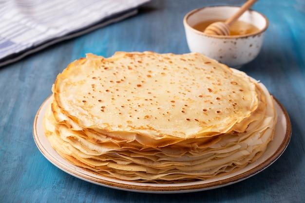 Leckere dünne pfannkuchen honig.