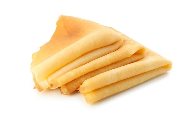 Leckere dünne pfannkuchen lokalisiert auf weißem hintergrund