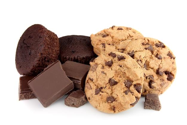 Leckere dunkle schokolade, kekse und obstkuchen