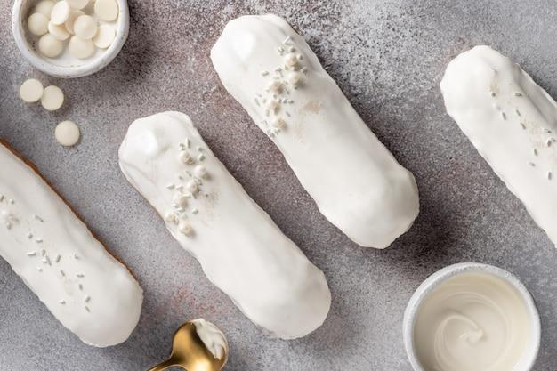Leckere eclairs mit weißer schokoladenglasur