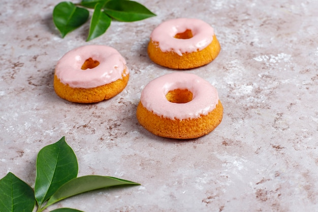 Leckere einfache donuts, draufsicht