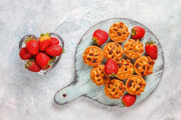 Leckere erdbeer-minitörtchen.
