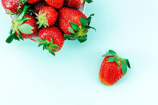Leckere erdbeeren auf buntem hintergrund