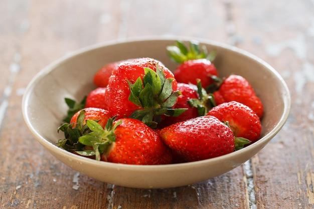 Leckere erdbeeren auf dem tisch