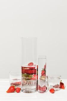 Leckere erdbeeren mit gläsern