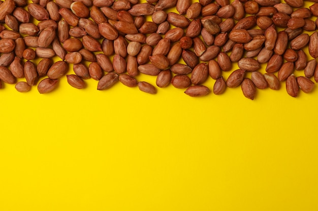 Leckere erdnuss auf gelbem hintergrund, platz für text
