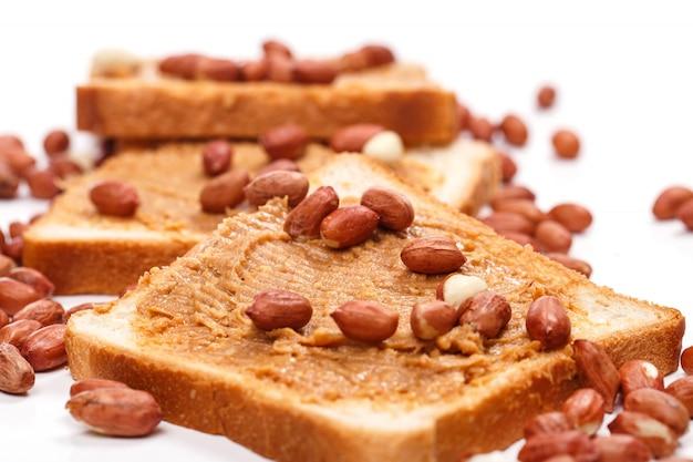 Leckere erdnussbutter auf dem tisch