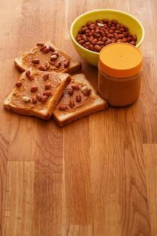 Leckere erdnussbutter auf einem toast