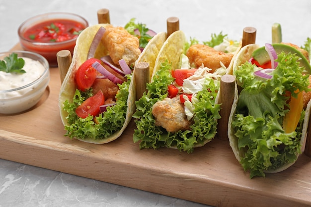 Leckere fisch-tacos auf grauem marmortisch serviert