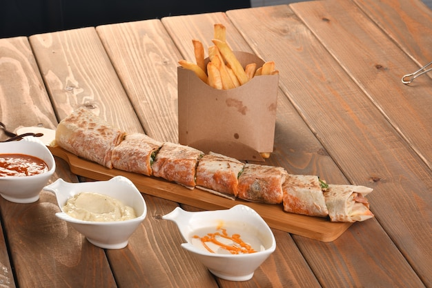Leckere fleischstücke mit feinsten gewürzen und gemüse