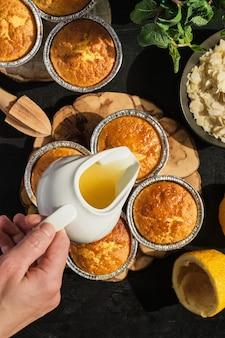 Leckere frisch gebackene zitronenmuffins mit zuckerguss, draufsicht