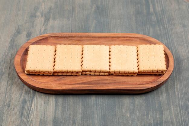 Leckere frische cracker auf einem holzbrett