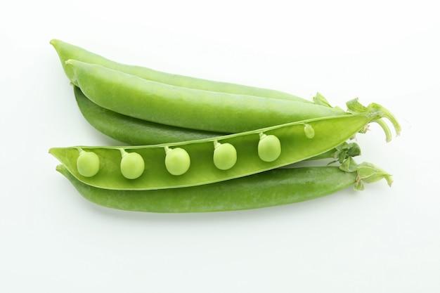 Leckere frische grüne erbse auf weiß Premium Fotos